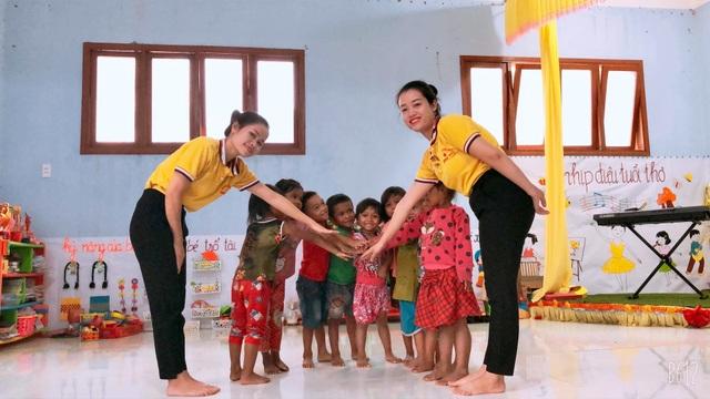 Cô giáo vùng cao chào đón đầy yêu thương khiến trẻ vui đến trường - 4