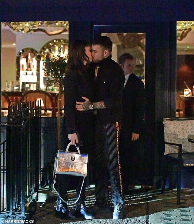 Liam Payne hôn say đắm bạn gái 19 tuổi - 1
