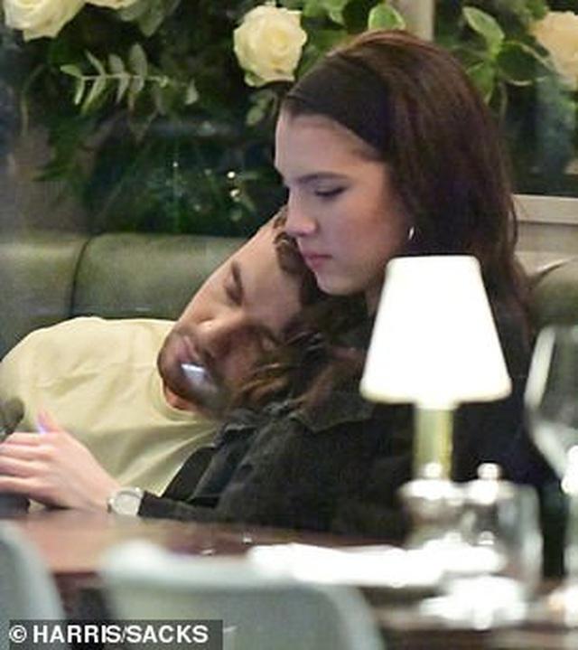 Liam Payne hôn say đắm bạn gái 19 tuổi - 5