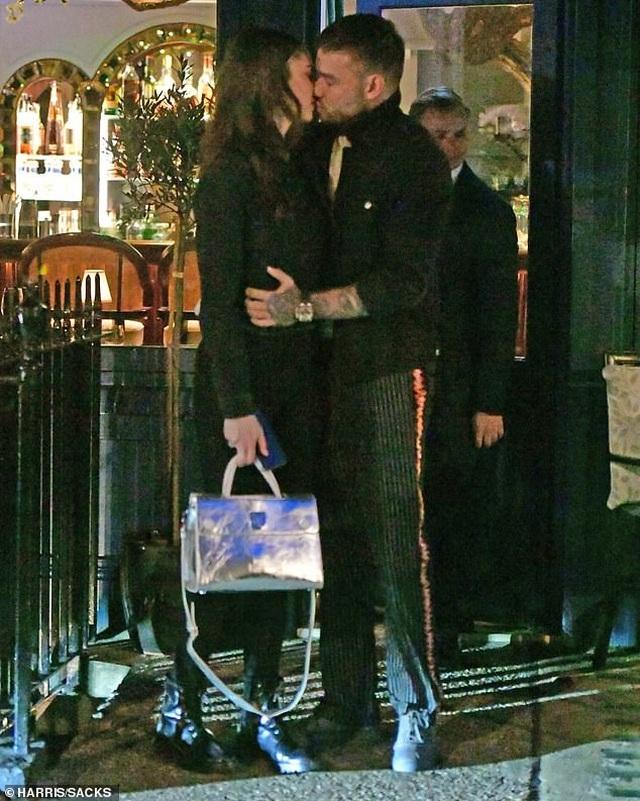 Liam Payne hôn say đắm bạn gái 19 tuổi - 6