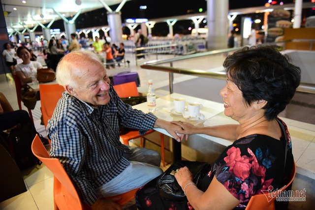 Nụ hôn chia tay người tình Việt 50 năm của cựu binh Mỹ trước khi lên máy bay - 1