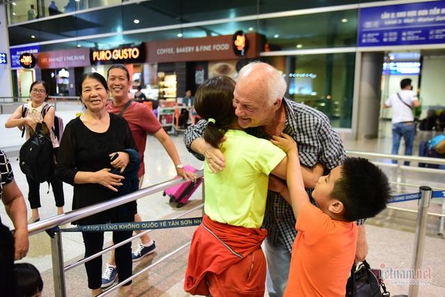 Nụ hôn chia tay người tình Việt 50 năm của cựu binh Mỹ trước khi lên máy bay - 11
