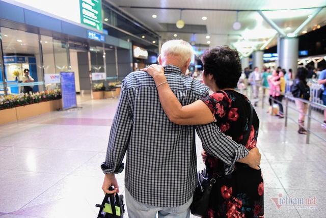 Nụ hôn chia tay người tình Việt 50 năm của cựu binh Mỹ trước khi lên máy bay - 12