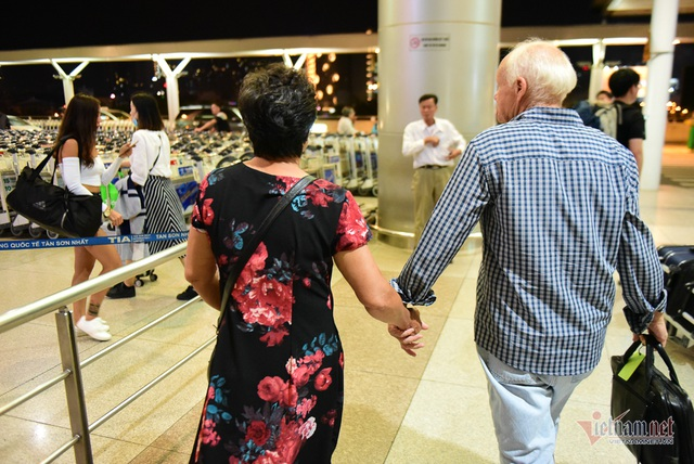 Nụ hôn chia tay người tình Việt 50 năm của cựu binh Mỹ trước khi lên máy bay - 9