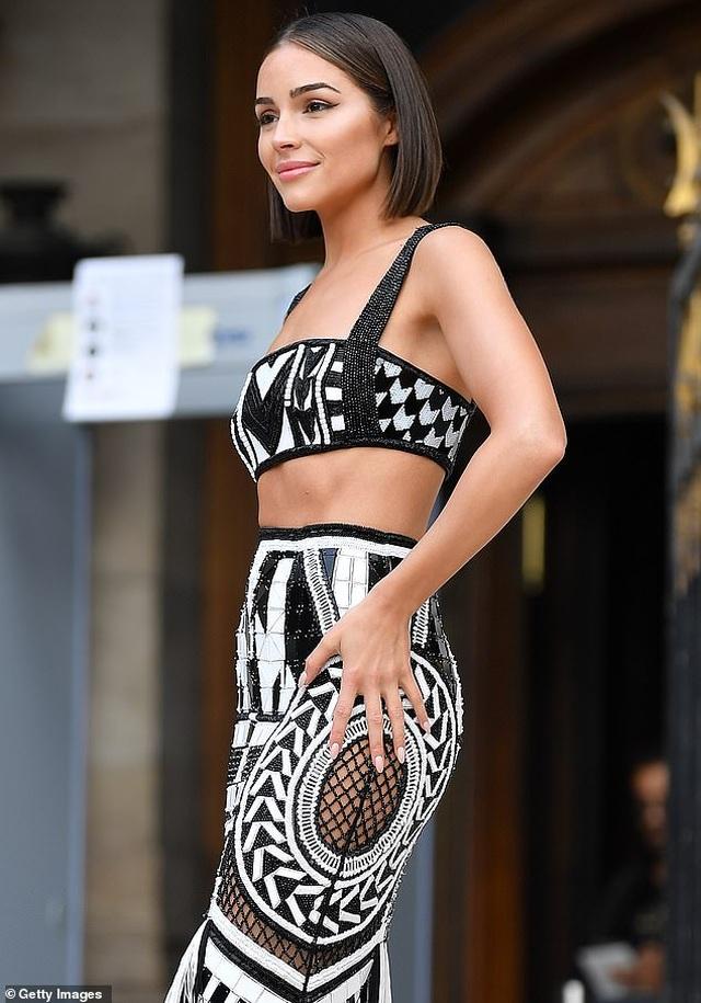 Olivia Culpo khoe cơ bụng đáng ngưỡng mộ khi đi xem thời trang - 7