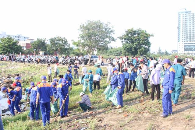 Hơn 2.000 người ra quân làm sạch môi trường tại Đà Nẵng - 3