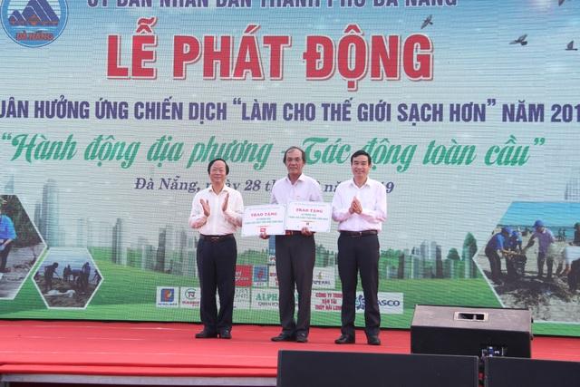 Hơn 2.000 người ra quân làm sạch môi trường tại Đà Nẵng - 4