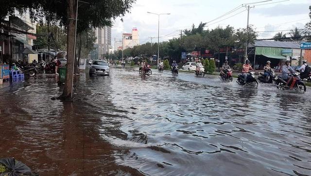 Triều cường dâng cao, đường phố Cần Thơ, Vĩnh Long lênh láng nước - 1