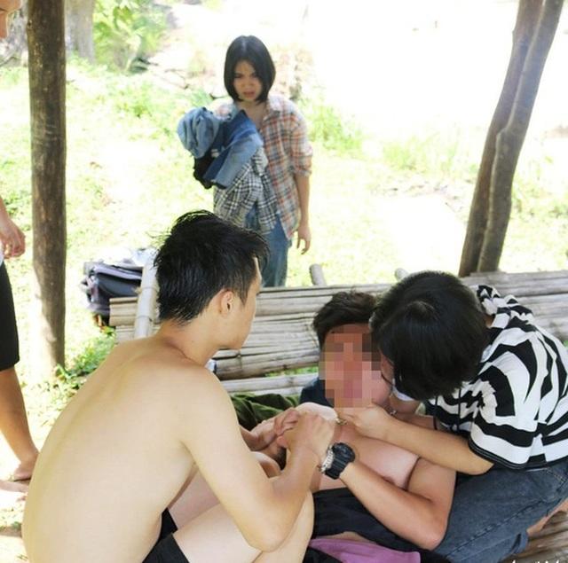 Hai thầy giáo lao xuống suối sâu cứu nam sinh bị đuối nước - 2