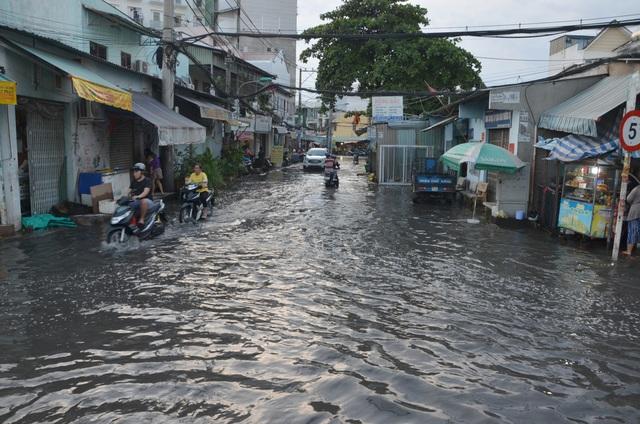 TPHCM ngập khắp nơi do triều cường dâng cao - 8