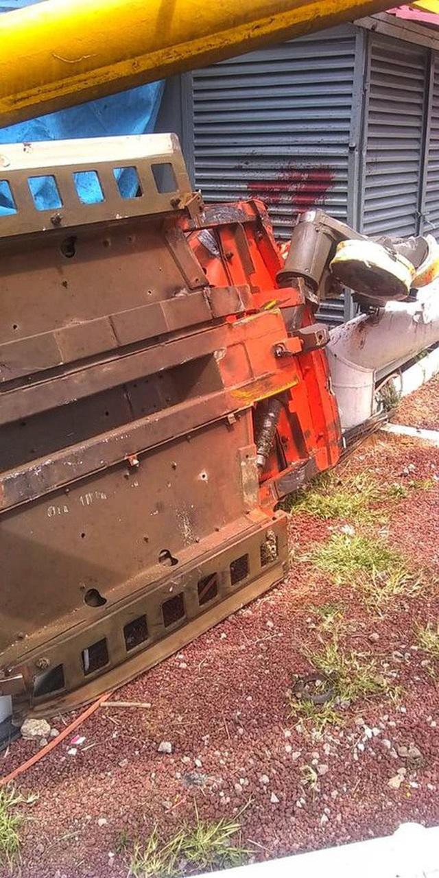 Kinh hoàng khoảnh khắc tàu lượn trong công viên chệch đường ray khiến du khách lao thẳng xuống đất - 3