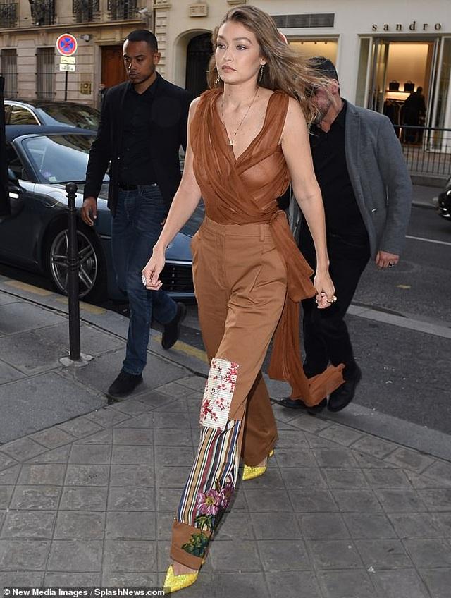 Chị em Bella Hadid mặc áo xẻ sâu táo bạo đi dự tiệc - 3