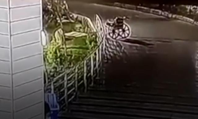 Clip xe lăn không người lái tự đi trong bệnh viện gây sốc - 3
