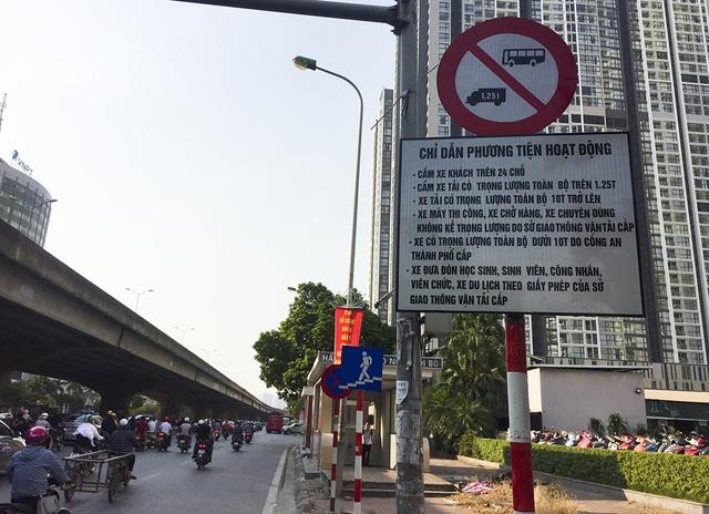 """Xe quá khổ quá tải tiếp tục """"đại náo"""" phố cấm ở Hà Nội - 5"""