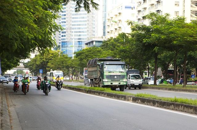 """Xe quá khổ quá tải tiếp tục """"đại náo"""" phố cấm ở Hà Nội - 9"""