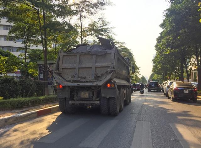 """Xe quá khổ quá tải tiếp tục """"đại náo"""" phố cấm ở Hà Nội - 7"""