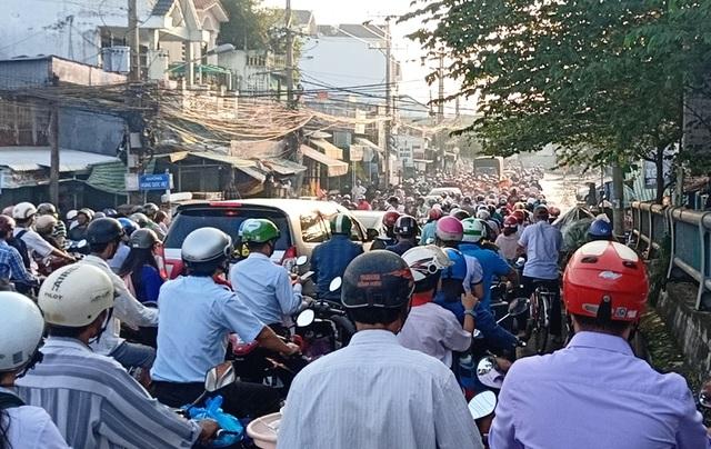 Người dân Sài Gòn, Cần Thơ quay cuồng lội nước trong ngày đầu tuần - 32