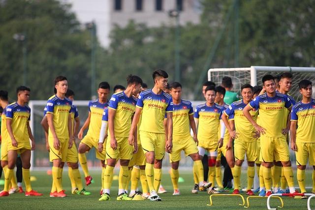 Cầu thủ U22 Việt Nam than khó vì tập sân nhân tạo, thầy Park không hài lòng - 2