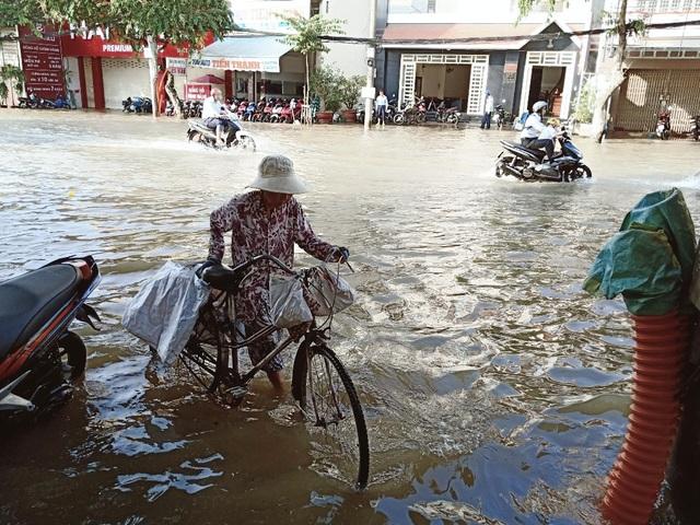Người dân Sài Gòn, Cần Thơ quay cuồng lội nước trong ngày đầu tuần - 28