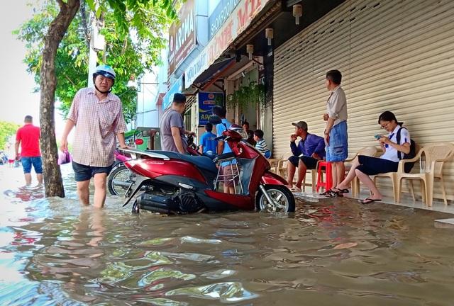 Người dân Sài Gòn, Cần Thơ quay cuồng lội nước trong ngày đầu tuần - 29