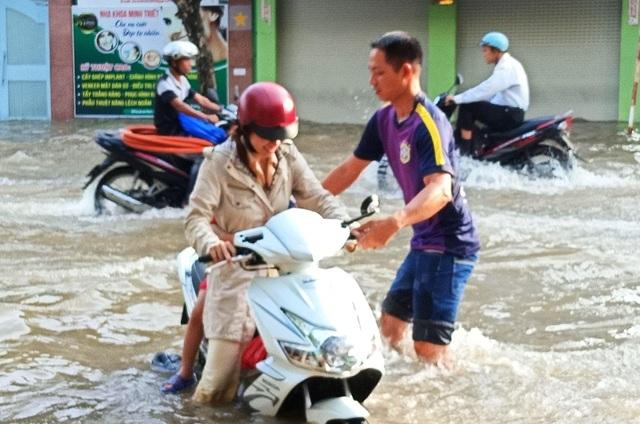 Người dân Sài Gòn, Cần Thơ quay cuồng lội nước trong ngày đầu tuần - 26