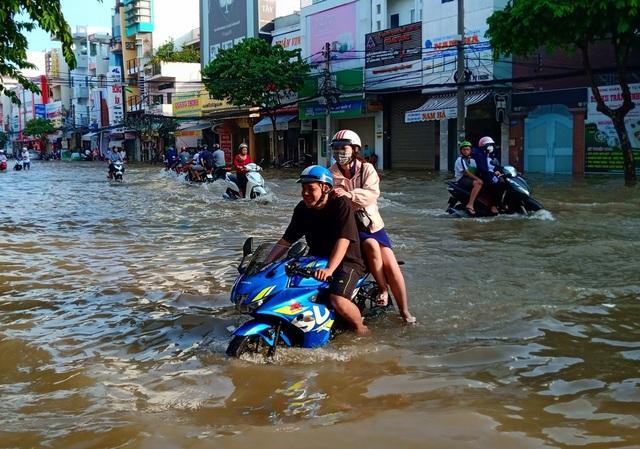 Người dân Sài Gòn, Cần Thơ quay cuồng lội nước trong ngày đầu tuần - 24