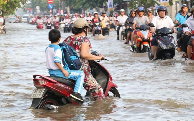 Người dân Sài Gòn, Cần Thơ quay cuồng lội nước trong ngày đầu tuần - 17