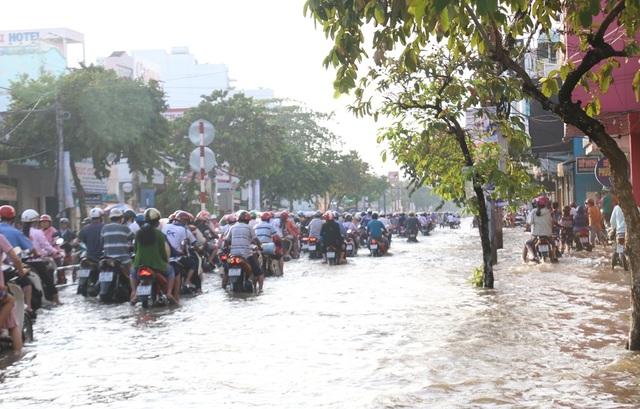 Người dân Sài Gòn, Cần Thơ quay cuồng lội nước trong ngày đầu tuần - 18