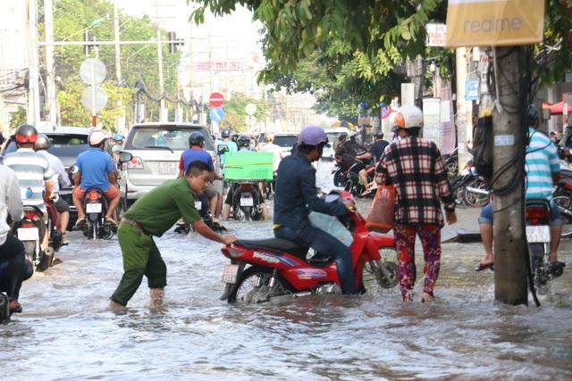 Người dân Sài Gòn, Cần Thơ quay cuồng lội nước trong ngày đầu tuần - 20