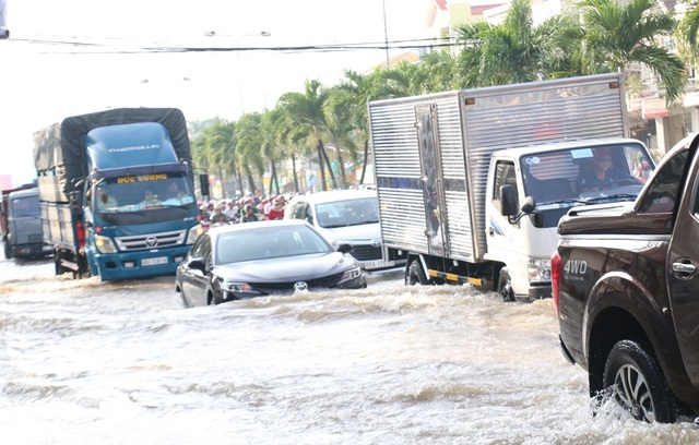 Người dân Sài Gòn, Cần Thơ quay cuồng lội nước trong ngày đầu tuần - 19