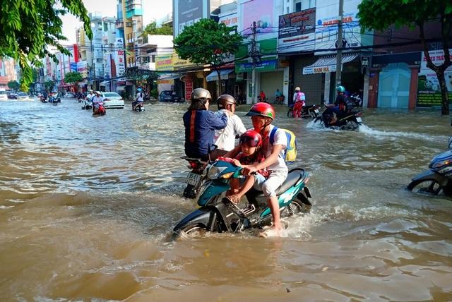 Người dân Sài Gòn, Cần Thơ quay cuồng lội nước trong ngày đầu tuần - 23