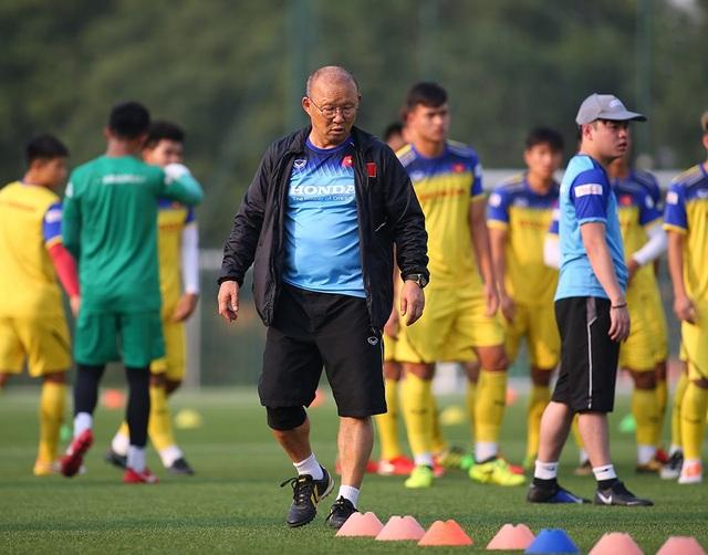 Cầu thủ U22 Việt Nam than khó vì tập sân nhân tạo, thầy Park không hài lòng - 1