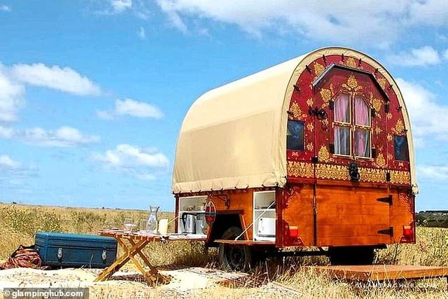 Hô biến xe ngựa trở thành một nhà nghỉ độc đáo giữa cánh đồng - 1