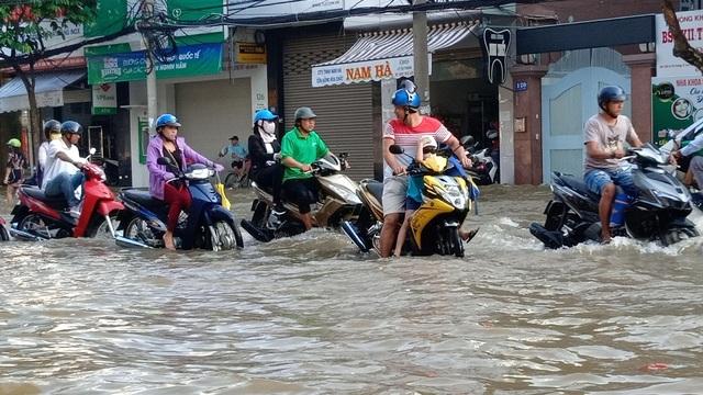 Người dân Sài Gòn, Cần Thơ quay cuồng lội nước trong ngày đầu tuần - 22