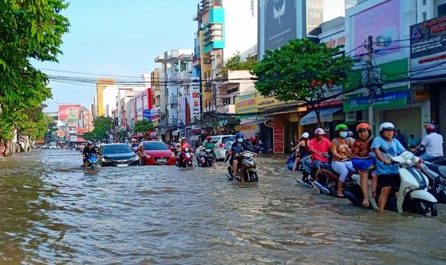 Người dân Sài Gòn, Cần Thơ quay cuồng lội nước trong ngày đầu tuần - 21