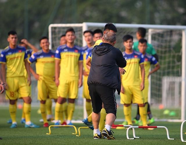 Cầu thủ U22 Việt Nam than khó vì tập sân nhân tạo, thầy Park không hài lòng - 5