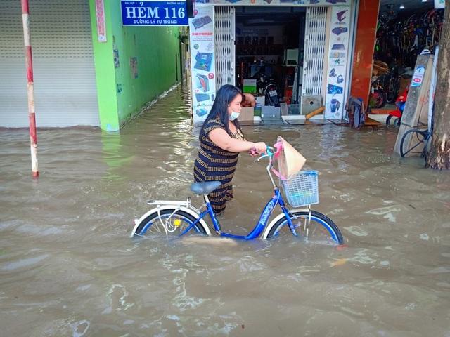 Người dân Sài Gòn, Cần Thơ quay cuồng lội nước trong ngày đầu tuần - 25