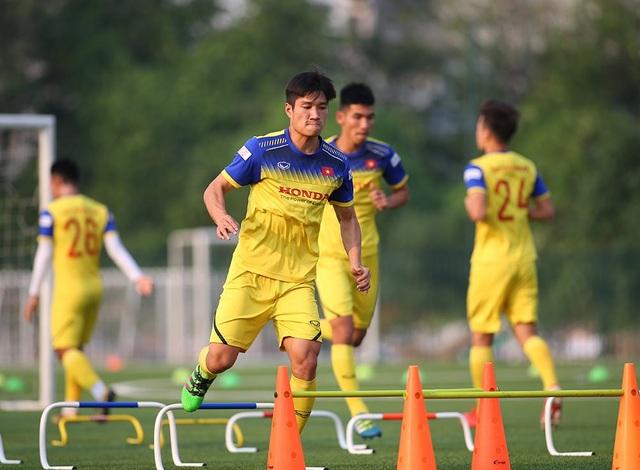 Cầu thủ U22 Việt Nam than khó vì tập sân nhân tạo, thầy Park không hài lòng - 4