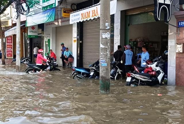 Người dân Sài Gòn, Cần Thơ quay cuồng lội nước trong ngày đầu tuần - 31