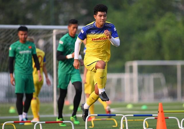 Cầu thủ U22 Việt Nam than khó vì tập sân nhân tạo, thầy Park không hài lòng - 7