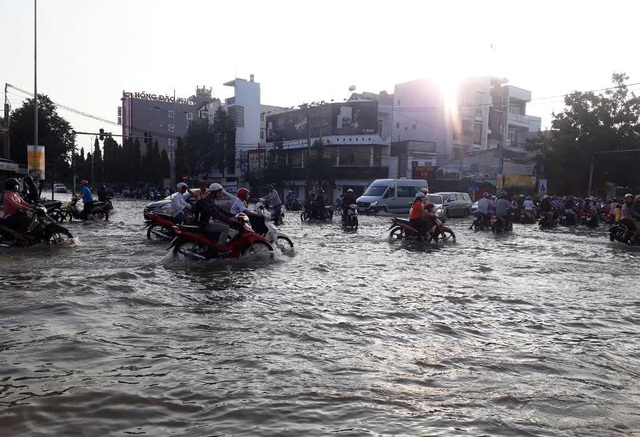 Người dân Sài Gòn, Cần Thơ quay cuồng lội nước trong ngày đầu tuần - 14