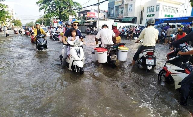 Người dân Sài Gòn, Cần Thơ quay cuồng lội nước trong ngày đầu tuần - 15