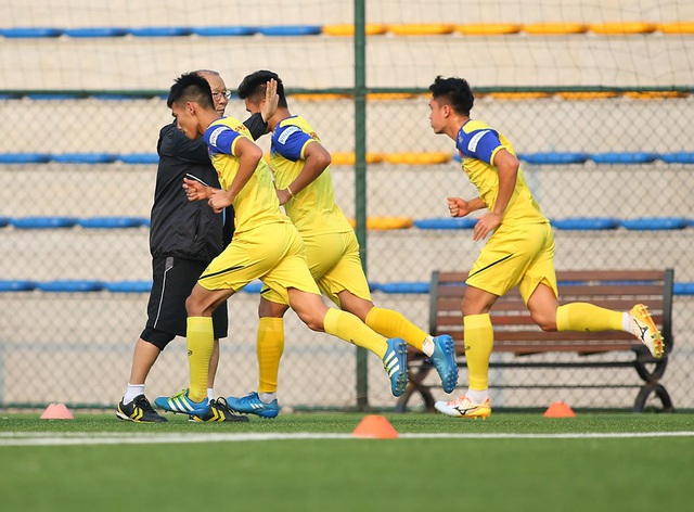 Cầu thủ U22 Việt Nam than khó vì tập sân nhân tạo, thầy Park không hài lòng - 6