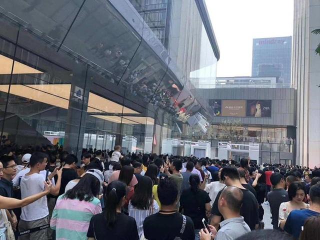 Người Trung Quốc xếp hàng mua điện thoại Huawei chẳng kém gì ở Apple Store - 4