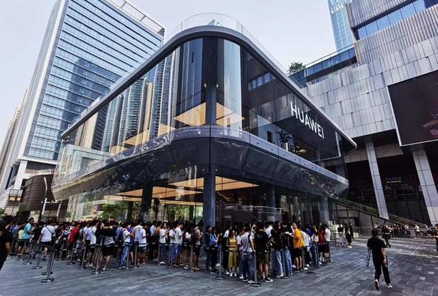 Người Trung Quốc xếp hàng mua điện thoại Huawei chẳng kém gì ở Apple Store - 2