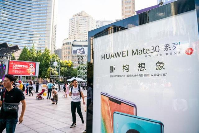 Người Trung Quốc xếp hàng mua điện thoại Huawei chẳng kém gì ở Apple Store - 1