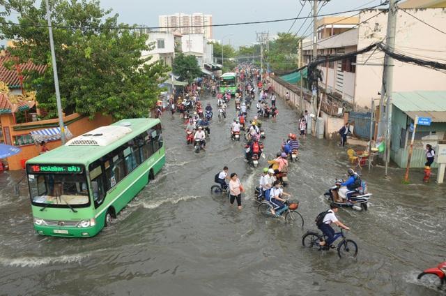 Người dân Sài Gòn, Cần Thơ quay cuồng lội nước trong ngày đầu tuần - 1