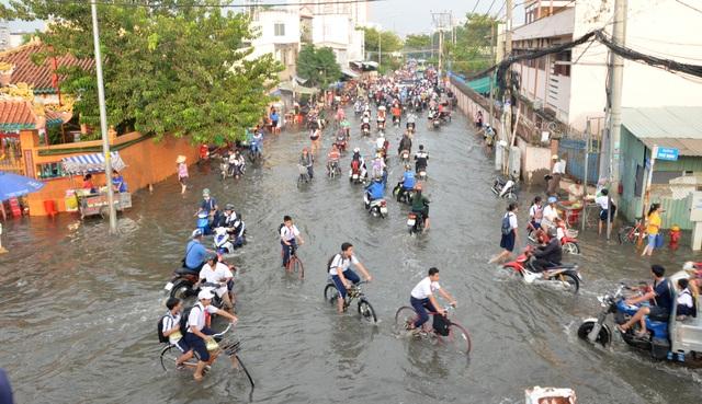 Người dân Sài Gòn, Cần Thơ quay cuồng lội nước trong ngày đầu tuần - 3
