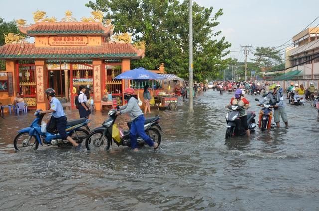 Người dân Sài Gòn, Cần Thơ quay cuồng lội nước trong ngày đầu tuần - 10