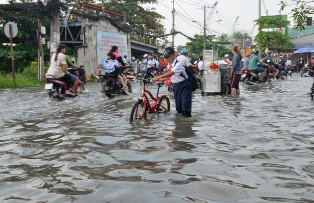 Người dân Sài Gòn, Cần Thơ quay cuồng lội nước trong ngày đầu tuần - 13